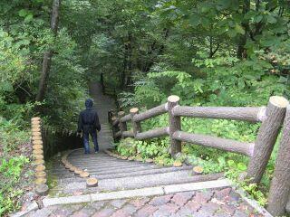39484146_1731108304庭園へ下りる階段