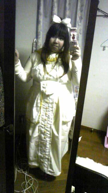 嫁実物・コップレ衣装全身写真。この格好で酌をしようとしたが両親はすでに出来上がっていた(笑)