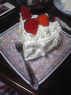 誕生日ケーキ。中にはきざんだイチゴ入りのクリームもたっぷりはさんであります。