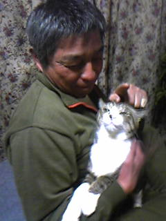 お父様(父実物)と猫。本当は猫、逃げようとしてます(笑)。