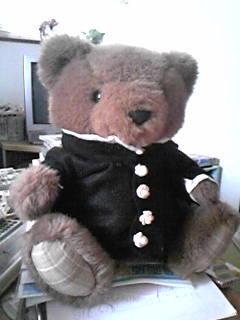 旦那作・本来猫用に作ったフェルト製学ランを仕方なくクマに着せる。