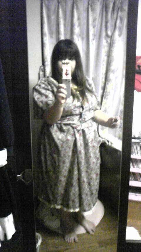 嫁用レトロワンピ・袖の第一段階状態で着用。まだボタンがないので洗濯バサミで。