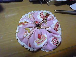 旦那作・レース付ケーキ柄シュシュ。気に入ったのでいくつも作ってます。