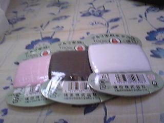 よく使いそうな色のダルマ家庭糸。ピンク、焦茶、白です。