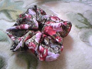 レトロな花柄シンプルシュシュ。嫁のスカート製作の余り布で。