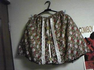 嫁用花柄スカート・レースの装着予定を待ち針で。本当は二段重ねにするつもり。
