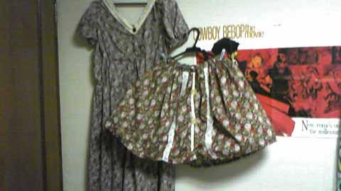 嫁用花柄スカートとレトロワンピ、実は同じ柄の色違い!