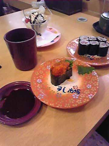 お母様の粋な計らいによって回転寿司上陸。もちろん、サビ抜きで(笑)
