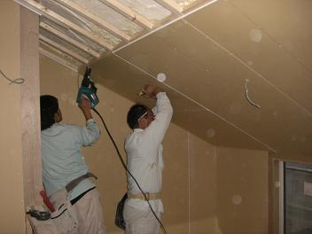 吹抜け部天井ボード張り作業