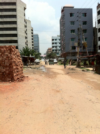 バングラ首都のメインストリートを一つだけはずれた路でこの感じ