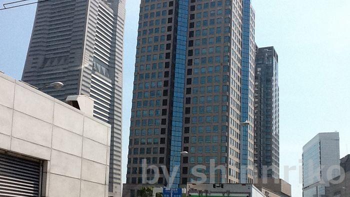 右が横浜ランドマークタワー、頭がちょん切れちゃいました。