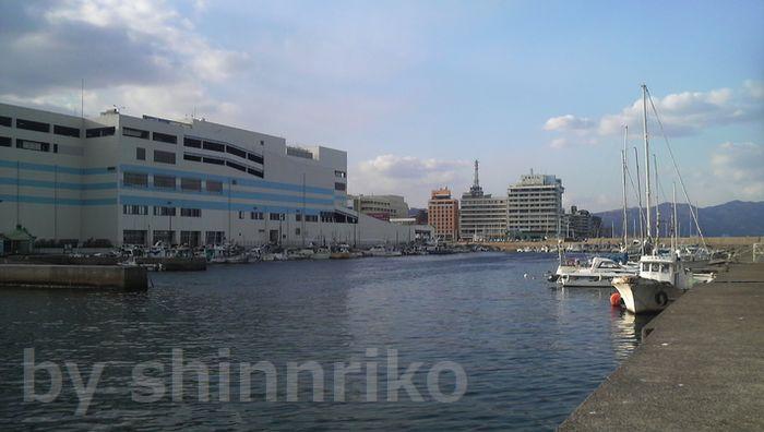 ゆめタウン正面の堤防、真正面が花菱ホテル、ホテルの向こうに別府タワー