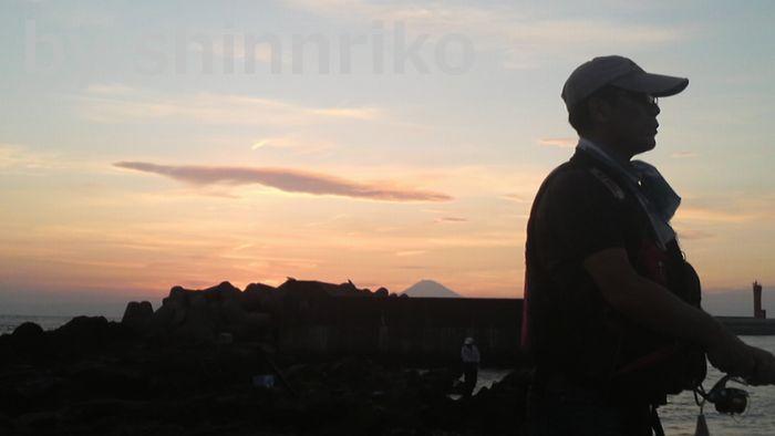 猫の夫と夕焼け富士山