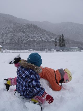 二人で雪遊び