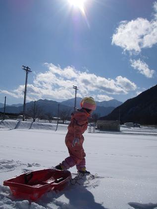 上の子が雪遊び