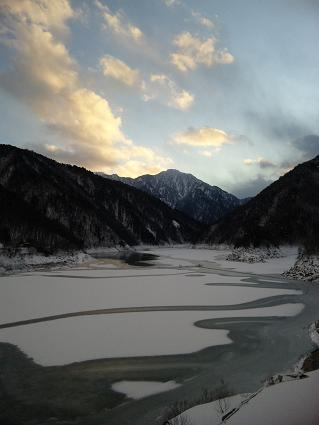 ダム湖も氷ってます