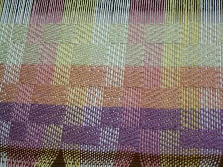 やっと織り始めました。