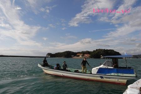 桟橋を出ていくボート