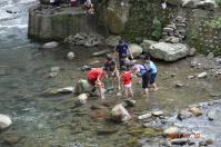 渓流遊びの図