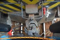 走行中の機関車と客車をつなぐ連結器