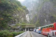 タロコ渓谷の燕子口出口の橋の上にはバスがいっぱい
