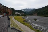 富野溫泉休會館前の土手から上流を見る