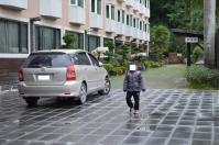 富野溫泉休會館前で温泉たまご完成を待つ縮小コピーとWISH