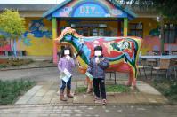 台東初鹿牧場で搾りたての牛乳を飲む子供たち