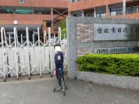 日本人学校前でポーズ
