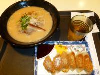 天母SOGOフードコートの豚骨ラーメン&焼き餃子
