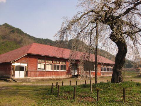 荒海小学校旧中荒井分校と枝垂れ桜