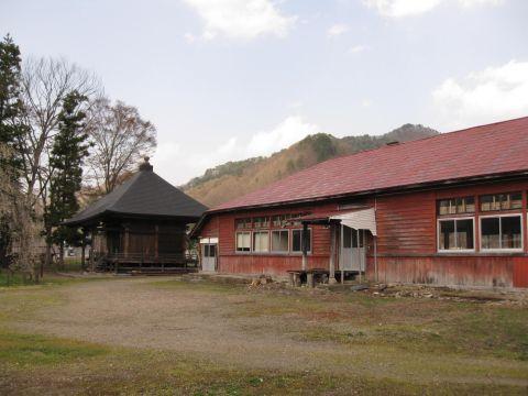 荒海小学校旧中荒井分校と地蔵堂