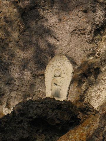 永田堂前の大岩にある石仏