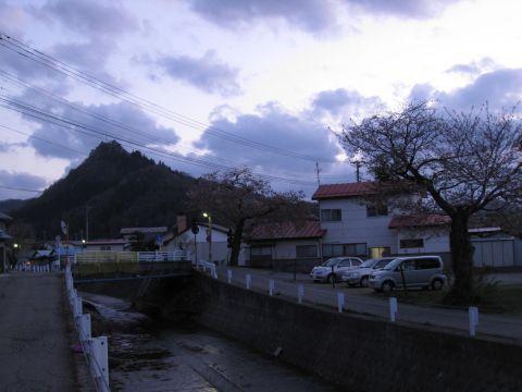 大門川と愛宕山