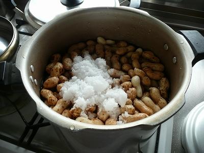 塩を落花生の10%分入れる