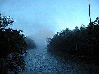 早朝、河童橋から下流を望む。