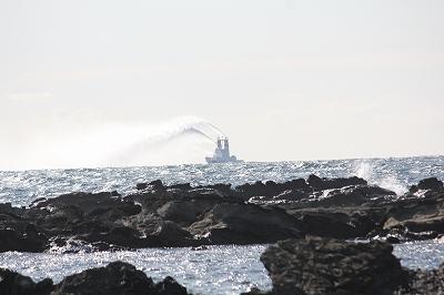 水を吐く船