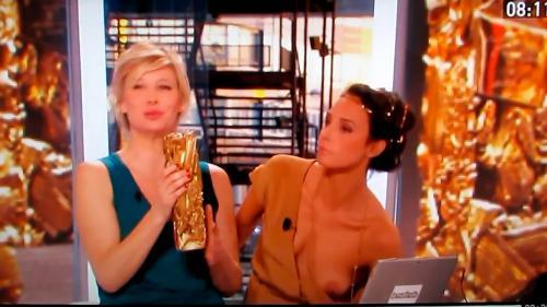 フランスの美人司会者が、生放送で完全おっぱいポロリ (1)