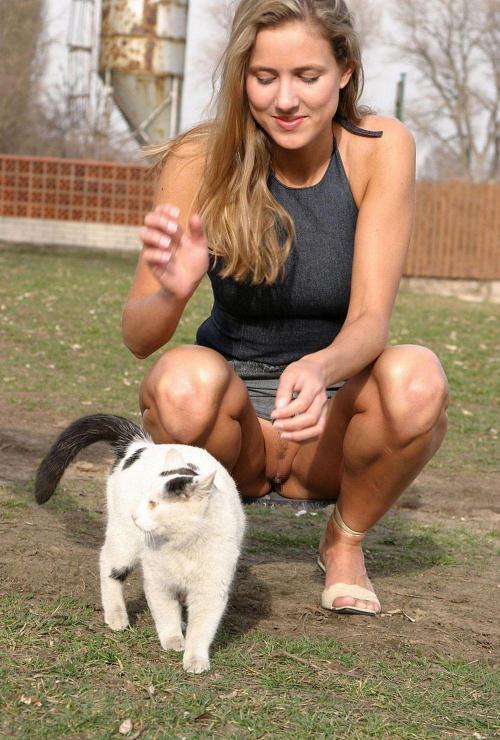 ノーパン美女と猫