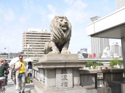 写真キャプション=昔、佐渡屋太郎は泥酔してこのライオンに跨ったことがあることを思い出した