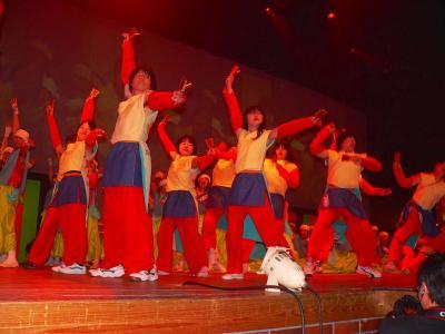 写真キャプション=大会コンペの前に披露された「よさこい踊り」のパフォーマンス