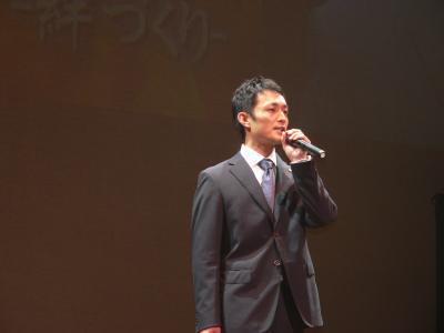 写真キャプション=開会の挨拶で「ぱちんこ情熱リーグ」が目指す目的を力強く語る齊藤周平副理事長