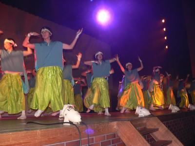 写真キャプション=オープニングセレモニーで「よさこい」を踊る参加スタッフの有志