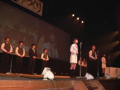 写真キャプション=ステージ上でプレゼンを展開する「パチンコ玉三郎黒崎店」のスタッフたち