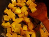 かぼちゃサイコロ状に炒める