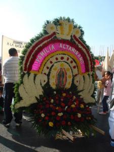 花飾りを持参する人々